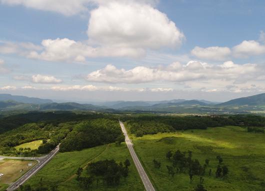 山々に囲まれた美しい景色